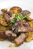Gegrillte Schweineschulter mit gebratenen Kartoffeln stockbilder