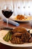 Gegrillte Steak-Spitzen und Wein Stockfotos