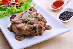 Gegrillte Steaks, Schweinefleisch mit Pfeffersoße und Gemüsesalat Stockbilder