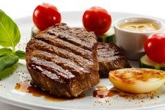 Gegrillte Steaks und Gemüse Stockbild