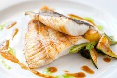 Gegrillte Steinbuttfische mit Gemüse. Lizenzfreie Stockfotografie