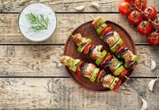 Gegrillte Truthahn- oder Hühnerfleischkebabaufsteckspindeln mit tzatziki Lizenzfreie Stockfotos
