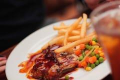 Gegrillte Tuna With Fries And Veggie in 1 Platte Lizenzfreie Stockfotos