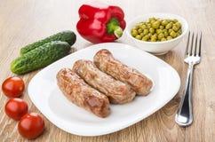 Gegrillte Würste in der Platte, Gemüsepaprika, Gurken, Tomaten, GR Stockbild