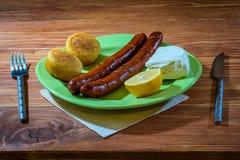 Gegrillte Würste mit Maisbrot und -Weißkäse Lizenzfreies Stockfoto