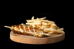 Gegrillte Wurst und Pommes-Frites Stockfoto