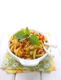 Gegrillte Zucchini in einer weißen Platte lizenzfreie stockfotos