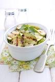 Gegrillte Zucchini in einer weißen Platte mit einer Gabel lizenzfreie stockbilder