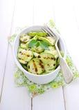 Gegrillte Zucchini in einer weißen Platte mit einer Gabel lizenzfreies stockbild