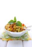 Gegrillte Zucchini in einer weißen Platte mit einer Gabel stockfoto