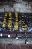 Gegrillte Zucchini grüne Zucchini zugebereitet über den Kohlen stockbild