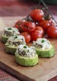 Gegrillte Zucchini, Ziegenkäse und Tomaten stockfotografie