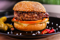 Gegrillter Burger Stockbild