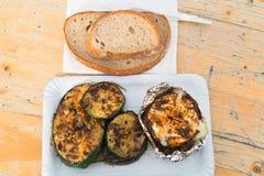 Gegrillter Camembert und Zucchini mit Gewürzen und Brot Stockfotografie