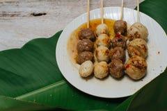 Gegrillter Fleischball auf Teller- und Bananenblatthintergrund Lizenzfreie Stockbilder