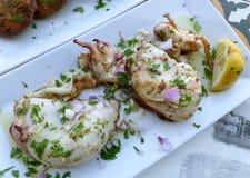Gegrillter frischer Kalmar mit Olivenöl und Zitrone, leicht reizbarer Mittelmeerteller bei Chania, Griechenland Stockfotos
