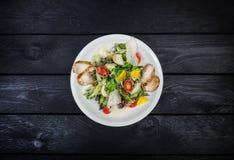 Gegrillter Hühnerbrustsalat, Kirschtomaten und Eisbergsalat stockfotos