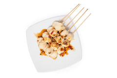 Gegrillter Hühnerfleischball mit der süßen würzigen Soße lokalisiert auf whi Stockfotos