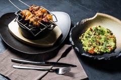 Gegrillter Hühnerkebab mit Guacamolegarnierung, dunkler Hintergrund, Draufsicht lizenzfreies stockbild