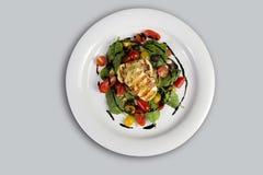 Gegrillter Halloumi-Käse, der mit Olivenöl-Salathexe des Knoblauchs gegossen wurde, grillte Aubergine, Kirschtomaten, schwarze Ol lizenzfreies stockfoto