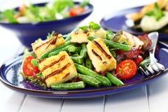Gegrillter Käse auf grünen Bohnen Stockfotos