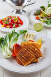 Gegrillter Käse mit Salsasalat Stockfotografie