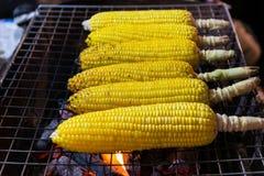 Gegrillter Mais auf dem Grill stockbild