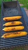 Gegrillter Mais gegrillt auf Feuer Auf einer dunklen Eisentabelle Gegrillter Mais Köstliches Straßenlebensmittel Sommerfest und G stockfotografie