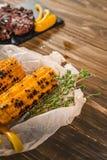 Gegrillter Mais mit Fleisch für Burger lizenzfreie stockbilder
