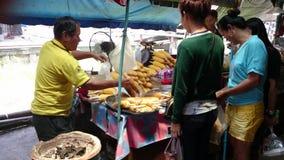 Gegrillter Mais in sich hin- und herbewegenden Märkten, Thailand stock video footage