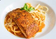 Gegrillter Salmon Fillet Pasta in der weißen Platte lizenzfreies stockfoto