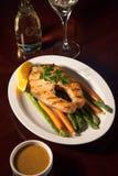 Gegrillter Salmon Steak und Gemüse Stockfotos