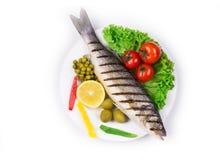 Gegrillter Seebarsch mit Gemüse Stockbilder