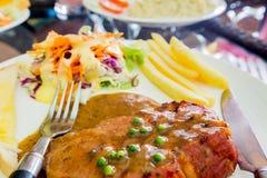 Gegrillter Steakschinken auf weißem Teller, Dallas-Steak Stockfotos