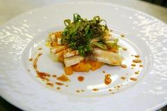 Gegrillter Thunfisch mit gekochten süßen Karotten und fein gehacktem Arugulasalat unter einem balsamischen Traubenessig Stockbilder