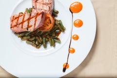 Gegrillter Thunfisch mit Gemüse schmücken Lizenzfreies Stockbild