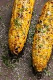 Gegrillter Zuckermais mit Buttersalz und Parmesankäse lizenzfreies stockbild