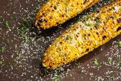 Gegrillter Zuckermais mit Buttersalz und Parmesankäse lizenzfreie stockfotos