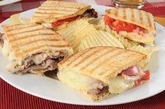 Gegrilltes Bratenrindfleisch panini mit Kartoffelchips Stockbilder