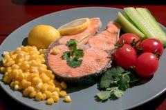 Gegrilltes Fischlachsfilet mit Frischgemüse-, Lebensmittel- und Gemüsekonzept Lizenzfreie Stockfotografie