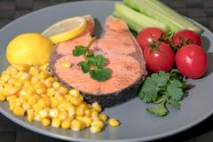 Gegrilltes Fischlachsfilet mit Frischgemüse-, Lebensmittel- und Gemüsekonzept Stockfotografie