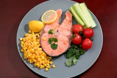Gegrilltes Fischlachsfilet mit Frischgemüse-, Lebensmittel- und Gemüsekonzept Stockfotos