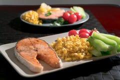 Gegrilltes Fischlachsfilet mit Frischgemüse-, Lebensmittel- und Gemüsekonzept Lizenzfreies Stockfoto