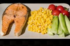 Gegrilltes Fischlachsfilet mit Frischgemüse-, Lebensmittel- und Gemüsekonzept Lizenzfreie Stockfotos
