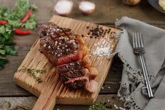 Gegrilltes Fleisch auf dem Holz Stockfotos