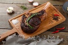 Gegrilltes Fleisch auf dem Holz Lizenzfreies Stockbild