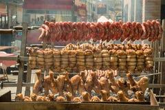 Gegrilltes Fleisch im Freien mit Huhn, Schweinefleisch und Würsten Stockfotos