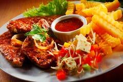 Gegrilltes Fleisch mit Fischrogen und Veggies auf Platte Stockfoto