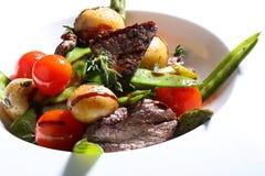Gegrilltes Fleisch mit gegrilltem Gemüse Stockfotos