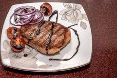 Gegrilltes Fleisch mit Gemüse auf einem schönen Teller lizenzfreies stockbild